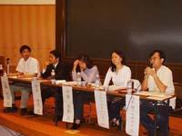 学者、行政、外国人、支援組織、教員が一緒に議論しました