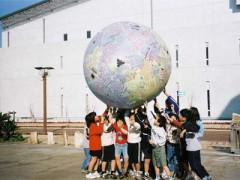 地球ボールと子ども達