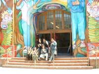 サンフランシスコの小学校の前で