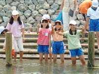 川の中に入っている子どもたち。