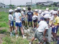 子ども達が地域の川でゴミをたくさん発見