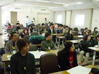 全体会で熱心に発表を聞く参加者たち