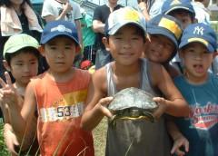 子どもたちと顔よりも大きいカメ(2006年8月)