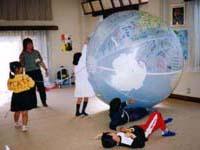 子ども達は地球ボールが大好き