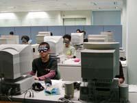 講座の様子。受講者がアイマスクをつけて実際に視覚障害者の立場を体験。