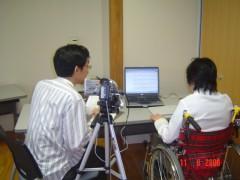 当事者によるウェブのユニバーサルデザインチェックの様子。モニタ(右)の隣に観察者がおり、パソコン操作の様子をビデオ撮影している。