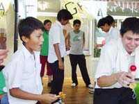 日本とペルーの伝統的な遊びを互いに紹介しあう生徒たち