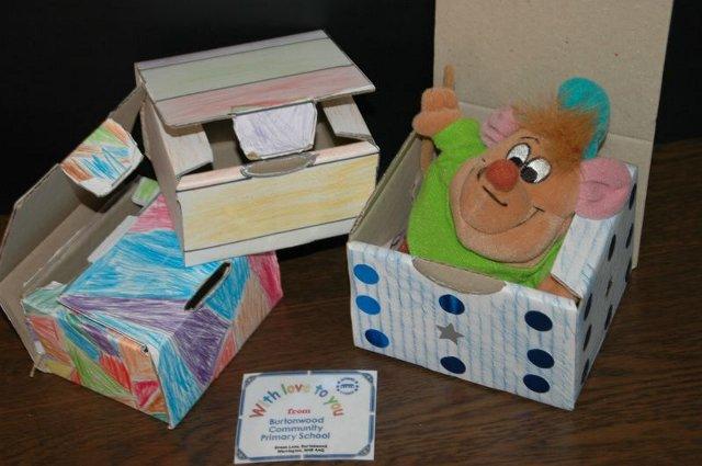 紙に書いた絵をダンボールの箱に貼り付けると、ステキなボックスに。さあて、何を入れましょうか。